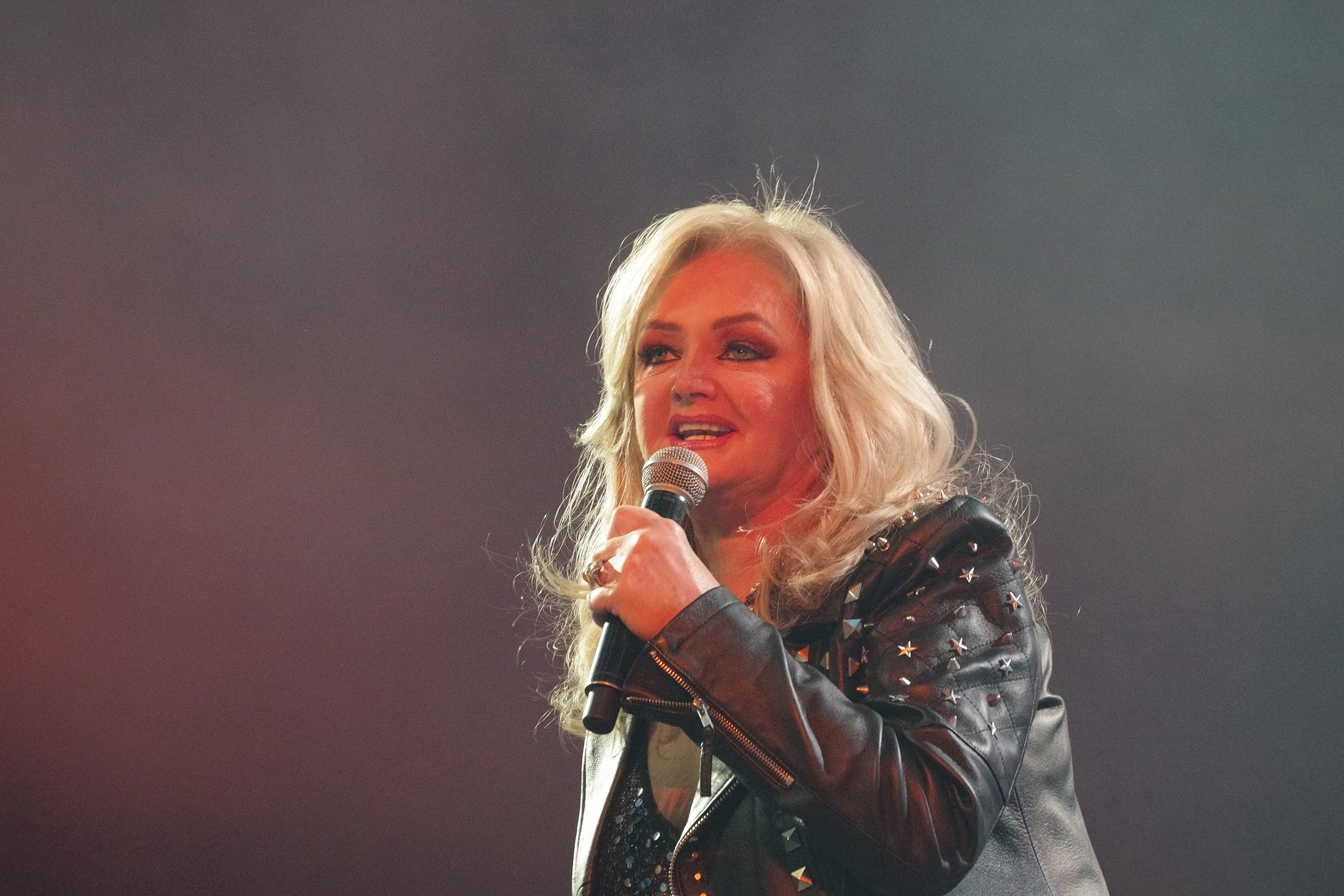 Bonnie Tyler – Holding Out For A Hero (2017)